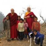 Pema Wangyal Rinpoche com as crianças de Maratika